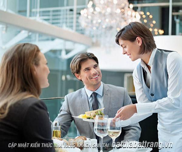 Nhân viên phục vụ nhà hàng cần làm gì khi khách phàn nàn