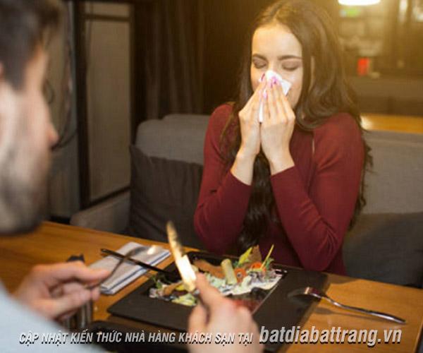 Cách xử lý của nhân viên phục vụ khi khách bị dị ứng thức ăn