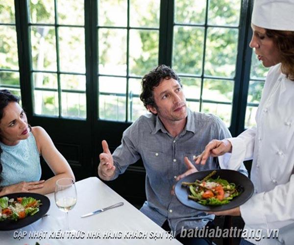 """7 câu hỏi trớ trêu của các """"thượng đế"""" dành cho nhân viên phục vụ nhà hàng"""