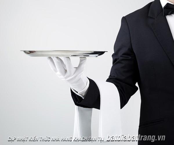 Nhân viên phục vụ nhà hàng học cách sử dụng khay chuẩn chuyên nghiệp