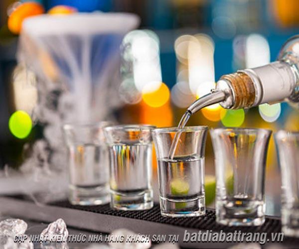 Phục vụ rượu mạnh tại nhà hàng cần tuân thủ nguyên tắc gì?
