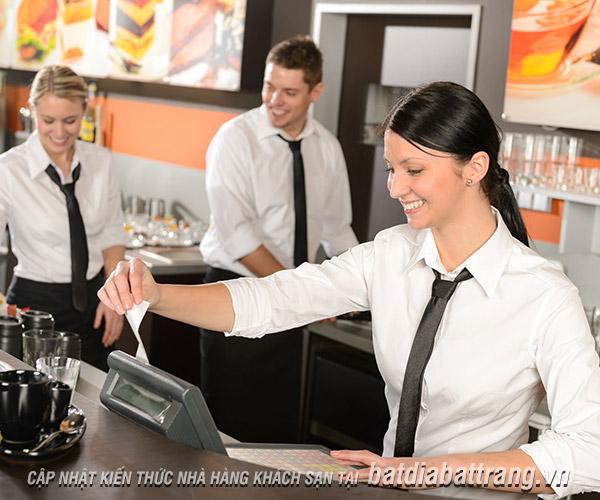 """""""Nhận mặt"""" sự thiếu chuyên nghiệp của nhân viên phục vụ nhà hàng khách sạn"""
