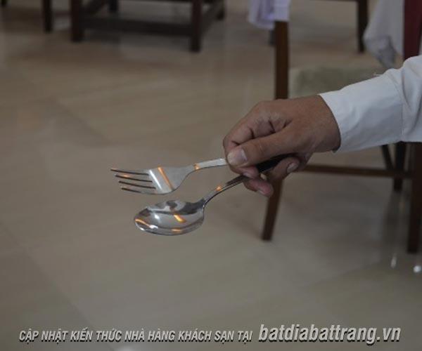Nhân viên phục vụ cần biết cách chia thức ăn cho thực khách