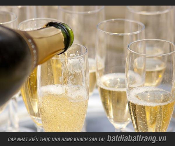 Gợi ý chọn món ăn phù hợp để uống rượu vang sủi