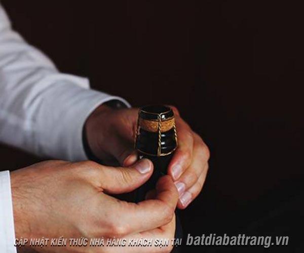 Quy trình phục vụ rượu champagne chuyên nghiệp tại nhà hàng