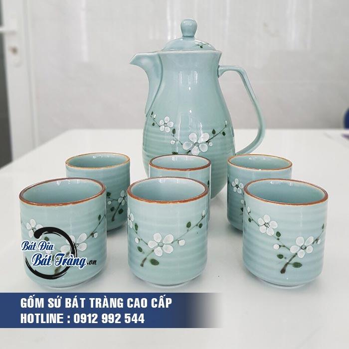 Bộ bình và cốc nước gốm sứ men ngọc vẽ hoa trắng