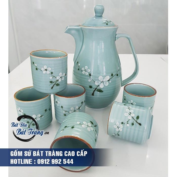 Bộ bình và cốc nước gốm sứ men ngọc vẽ hoa trắng - gốm sứ Bát Tràng