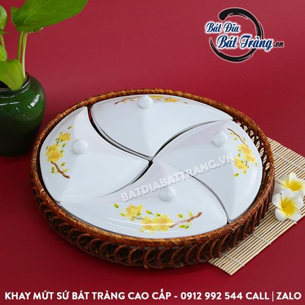 Khay đựng mứt gốm sứ vẽ mai 4 ngăn kèm khay mây - Bát đĩa Bát Tràng